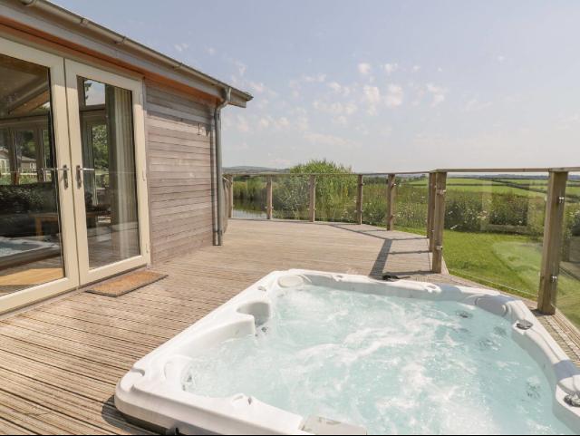 lodge hot tub cornwall