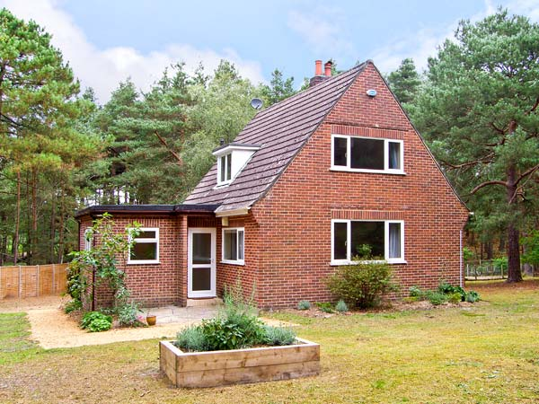 The Chalet Pet-Friendly Cottage, Avon Heath Country Park, South West England (Ref 6108)