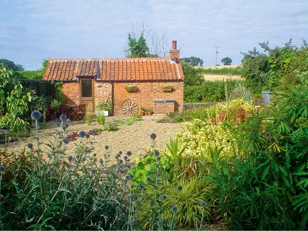 The Retreat Romantic Cottage, Oulton, East Anglia (Ref 7493)