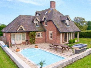 Cottage with an outdoor swimming pool