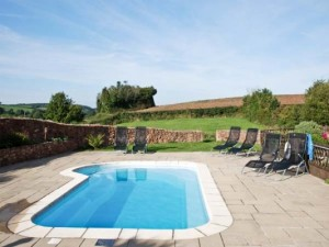 An outdoor swimming pool at a cottage in Somerset