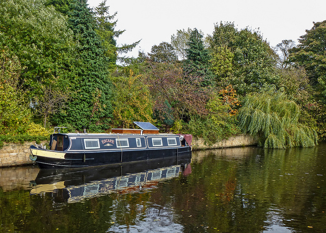 Narrowboat Escape in the Calder and Hebble Navigation, Mirfield   by Tim Green   CC 2.0